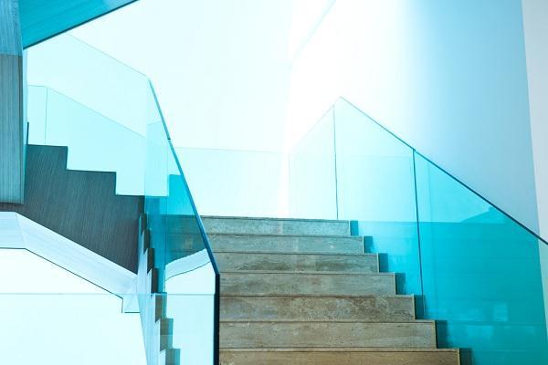 Edzett-uvegkorlat-dekorativ-es-biztonsagos-